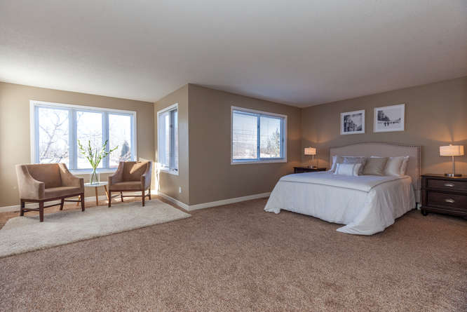 Large master bedroom with new carpets in 2015, walk-in closet. Master ensuite with soaker tub and separate shower, new toilet and sink 2016.