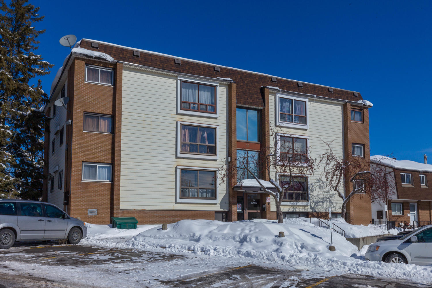 Gorgeous renovated 2 bed top floor unit.  Great views, move in ready!