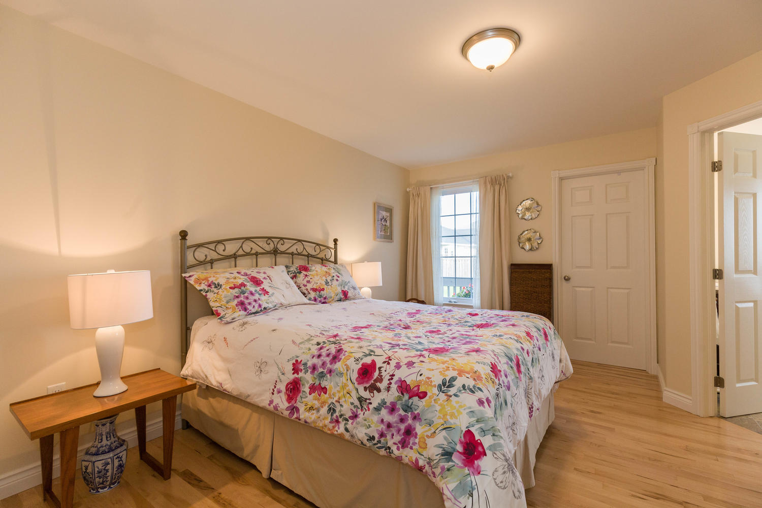This is a good one!  The size of the bedroom space might not blow your mind as its just perfect as is, but this master has a stunning ensuite, and not 1 but 2 walkin closets!!!