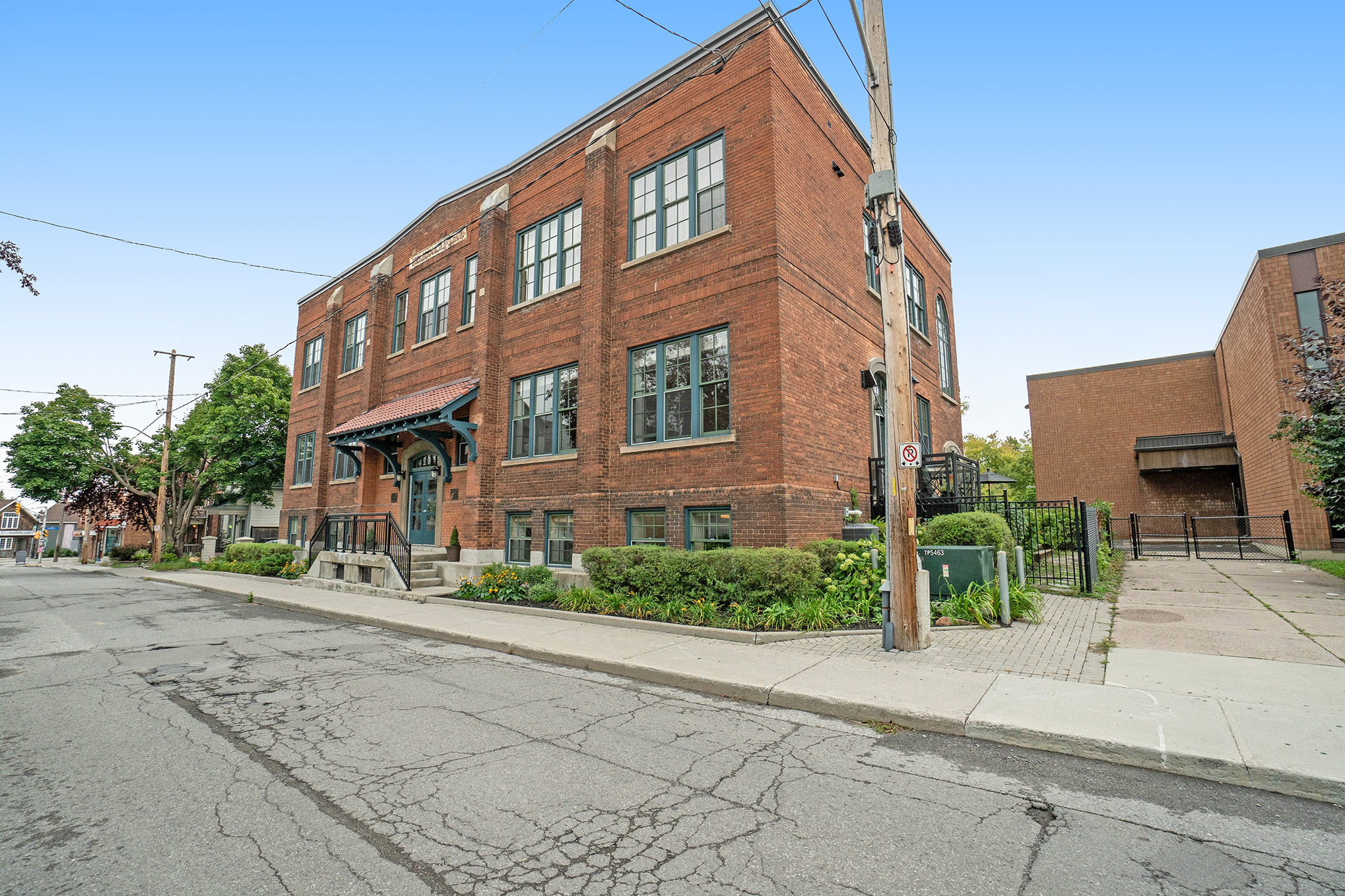 Fully Furnished 2 Storey Penthouse Loft in The heart of Hintonburg