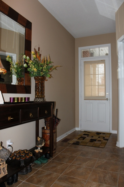 Spacious Foyer with 9 foot ceilings.  Doesn't leave you and your guests feeling cramped upon entrance.